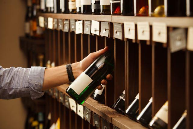 ワイン棚からワインを選んでいる様子
