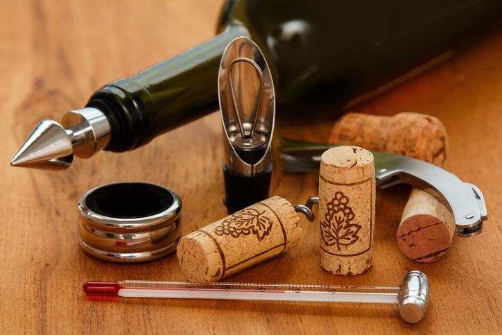 ワインの栓、コルクなどが机に転がる