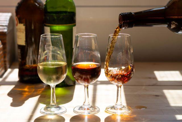 テーブル上の3つのグラスに注がれたシェリー