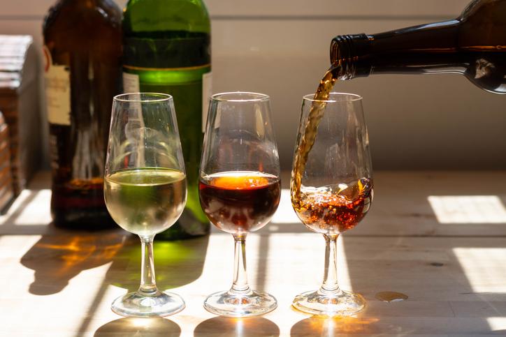 シェリー酒をグラスに注ぐ