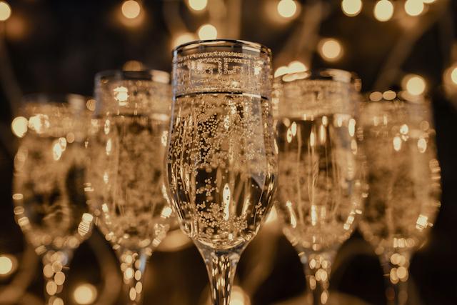 シャンパンが注がれたグラスが並んでいる様子