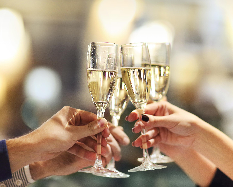 シャンパンで乾杯している様子