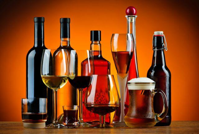テーブルに置かれたワイン、ビール、ウイスキーのグラスとビン