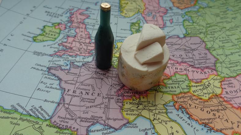 世界地図にワインとチーズの置物が乗っている