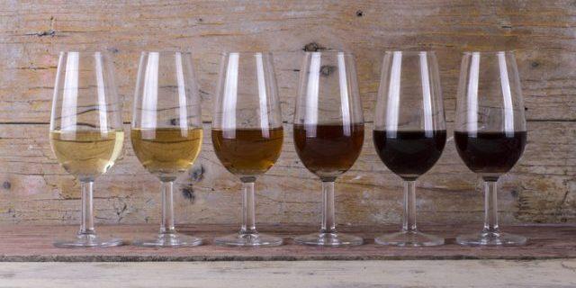 6種類のシェリー酒が机に並ぶ様子