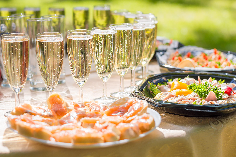 テーブルの上に並ぶシャンパンと料理