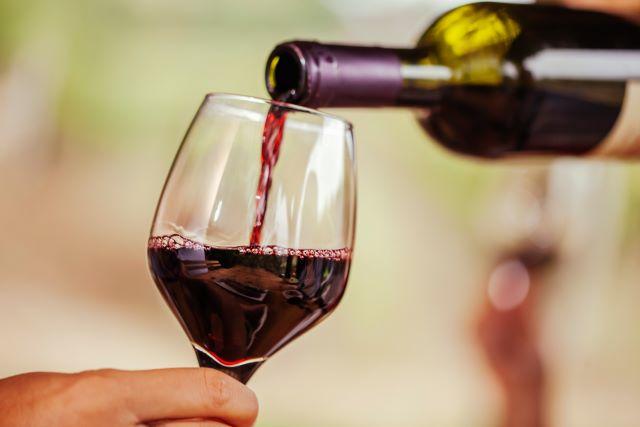 赤ワインをグラスに注いでいる様子