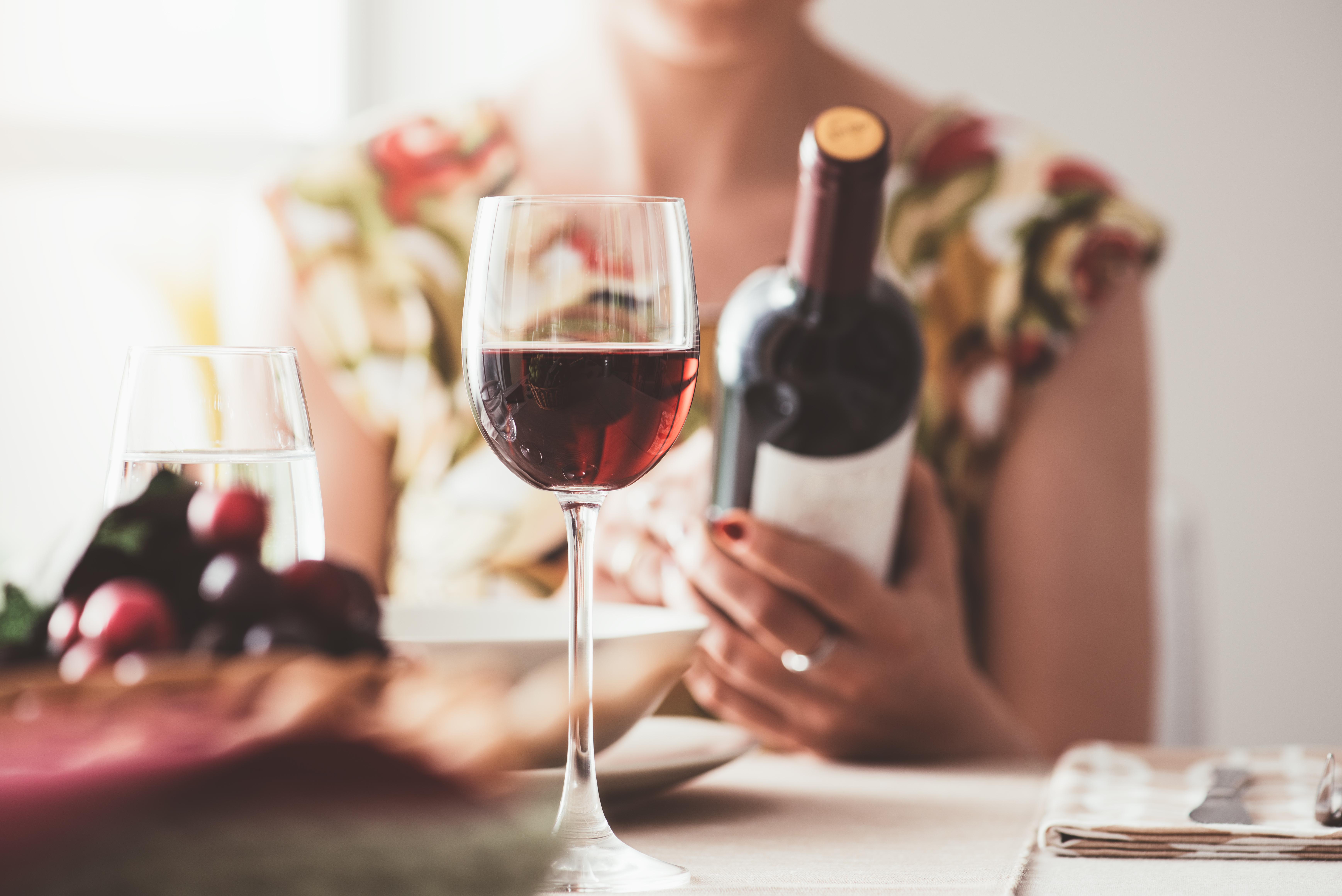 ワインボトルのラベルを見る女性