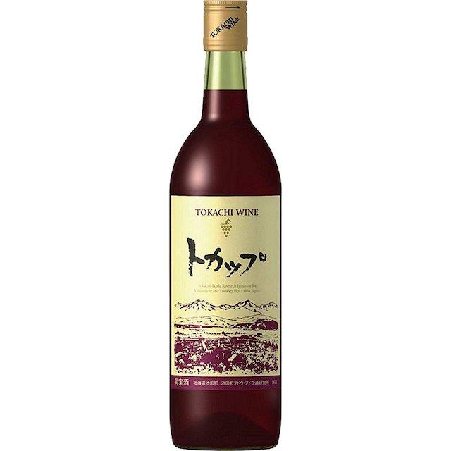 透明の瓶にトカップと表記されたラベルの赤ワイン