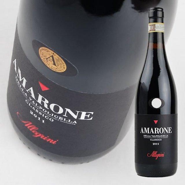 緑色の瓶にAMARONEと表記された黒いラベルの赤ワイン