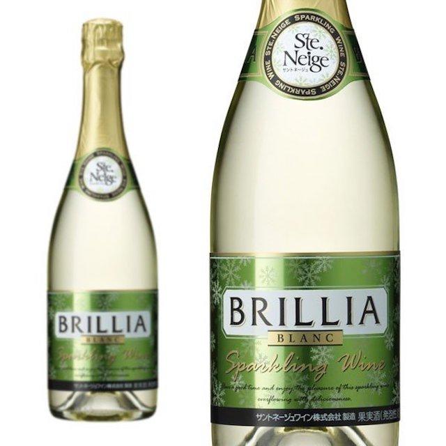 透明の瓶にBRILLIAと表記された緑色のラベルのスパークリングワイン