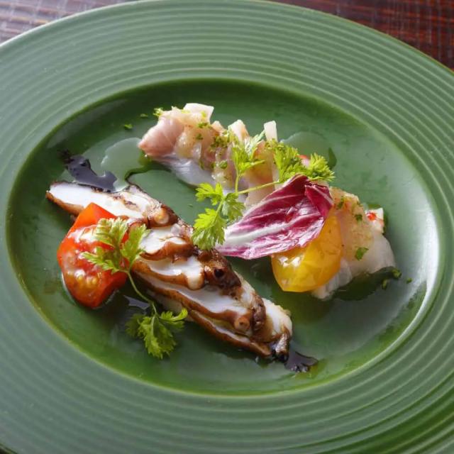 緑の皿に盛られた、瀬戸内カルパッチョ