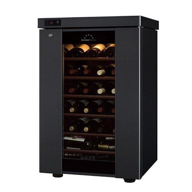 中にワインが収納された黒色のワインセラー