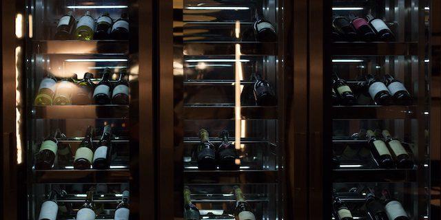 大きなワインセラーにワインが並ぶ様子