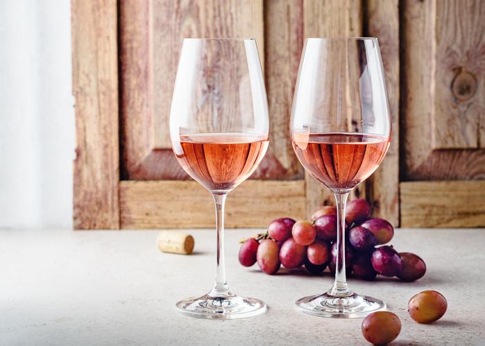 ロゼワインのグラスが2杯並ぶ