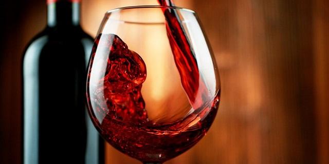 赤ワインをワイングラスに注ぐ様子