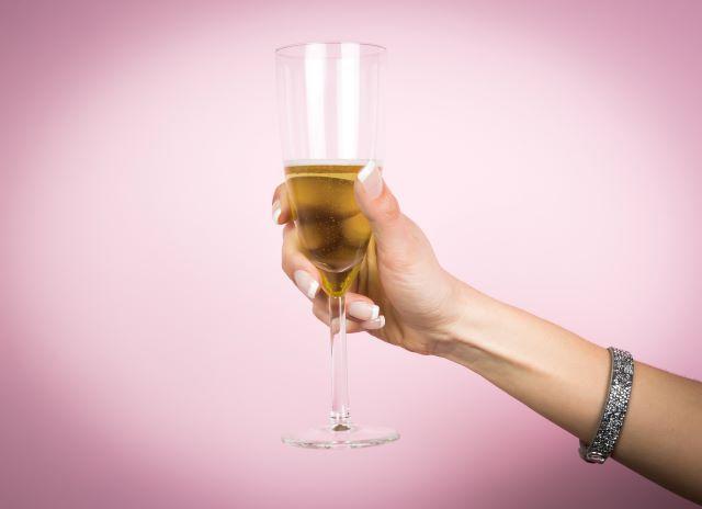 シャンパンを掲げている女性の右手