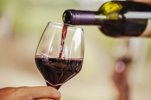 ボトルからグラスに注がれる赤ワイン