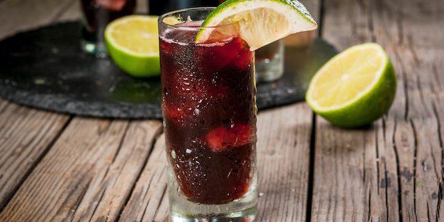 タンブラーに入った赤ワインカクテルが入ったグラス