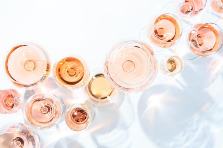 たくさんのロゼワインがグラスに入って並ぶ