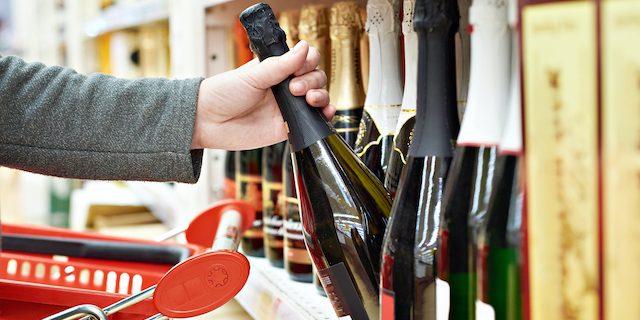 ワインショップでワインを選んでいる
