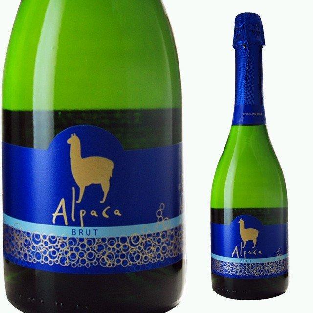 薄緑色の瓶にAlpacaと表記された青いラベルのスパークリングワイン