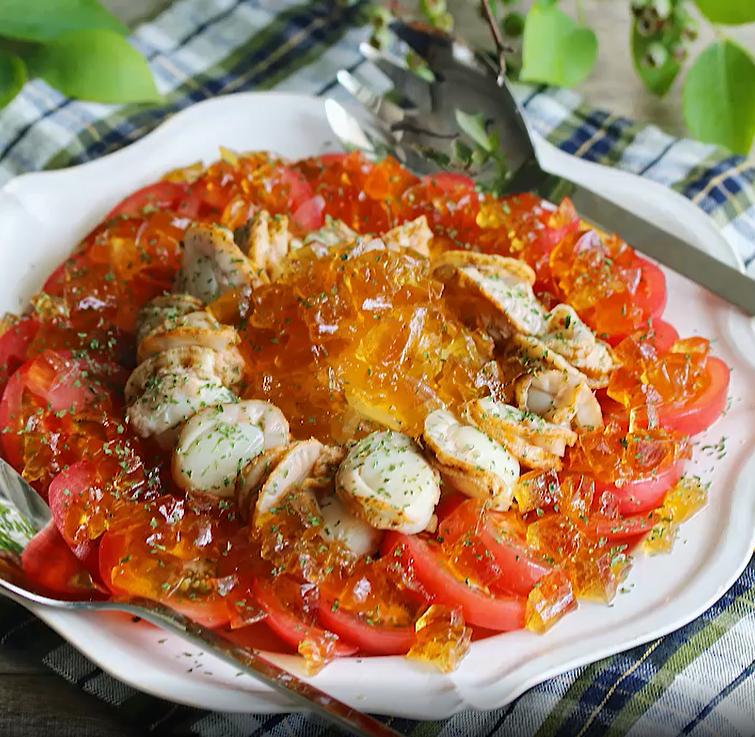 白い皿に盛られた、トマトとホタテのきらきらジュレサラダ