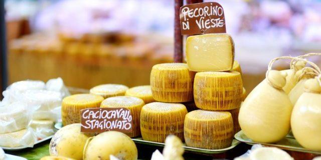 イタリアのチーズショップに商品が並ぶ