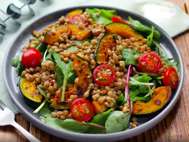 灰色の丸皿に盛られたレンズ豆とかぼちゃのサラダ