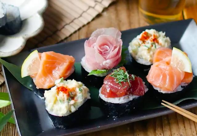 黒いお皿に盛られた色とりどりのおつまみのっけ寿司