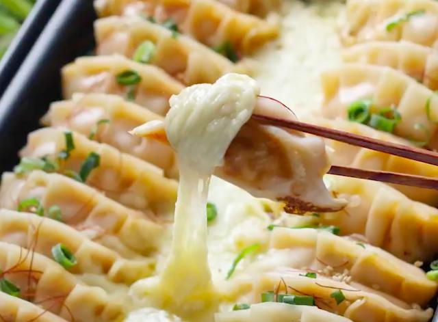 ホットプレートに並んだ餃子と、餃子にチーズを絡めている様子