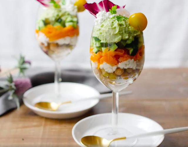 グラスに盛られた彩りのよいサラダパフェ