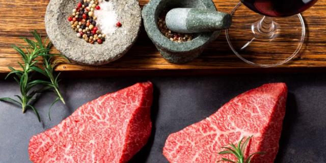 厚切りのお肉と岩塩