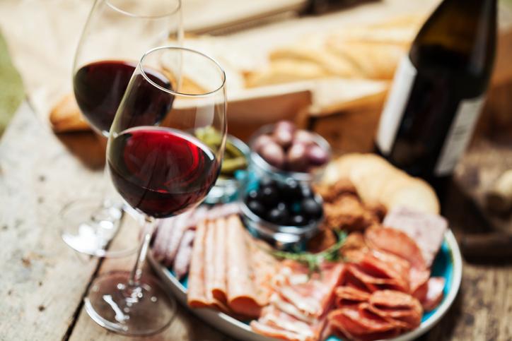ワインとおつまみが机に並ぶ