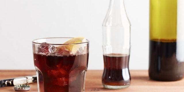 赤ワインとコーラを合わせて作っているところ
