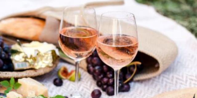 アイキャッチ_テーブルに並ぶロゼ・シャンパンのグラスと料理