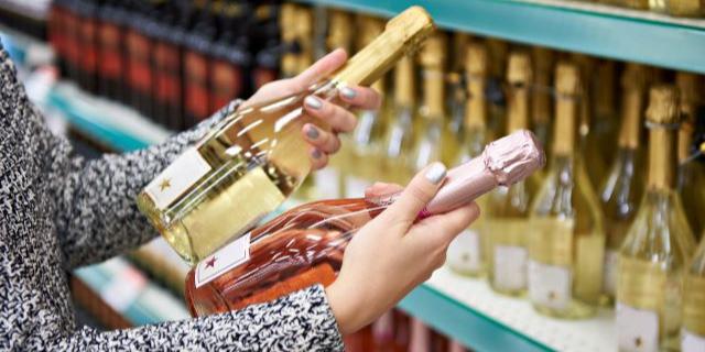 シャンパンを選んでいる様子